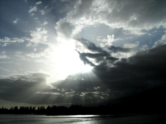 solntse-skvoz-oblaka-nad-issyik-kulem